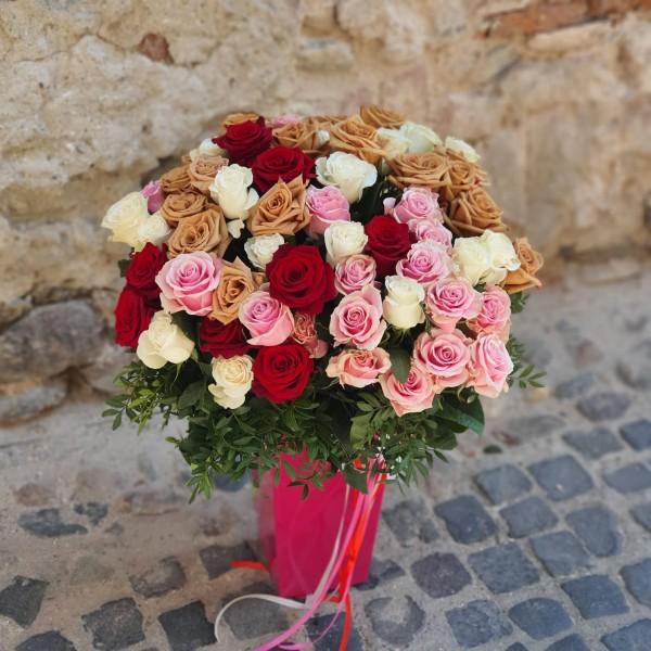 Buchet cu 85 de trandafiri colorați