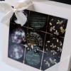 Happy Easter Box   Cutia conține 9 praline vesele, din ciocolată fină belgiană, cu motive de primăvară, delicate și cu arome sur  + 160,00Lei